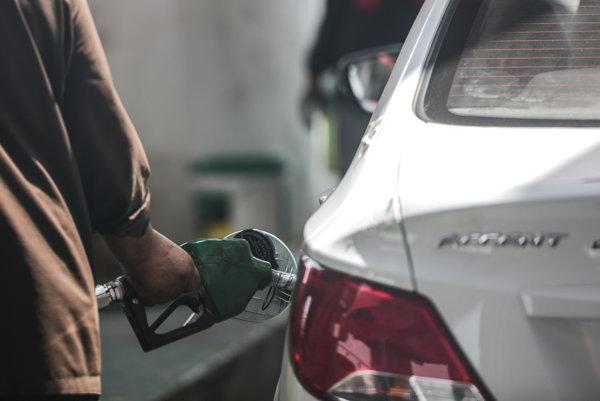 Motoristi tankujú najlacnejšie za posledných šesť a pol roka.