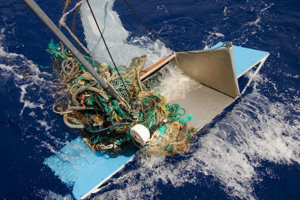 Niektoré veľké kusy odpadkov prieskumníci nedokázali vybrať z vody pomocou dostupných nástrojov.