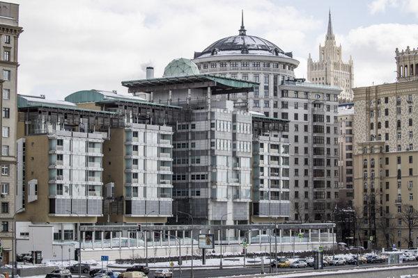Budova britského veľvyslanectva (uprostred) a budova ruského ministerstva zahraničných vecí (druhá sprava) v Moskve.