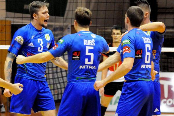 Poľský diagonálny hráč (vľavo, č. 3) prišiel do Nitry aj preto, že sa poznal s trénerom Kardošom. Zatiaľ je tu spokojný.