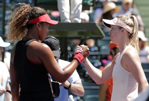 Naomi Osaková (vľavo) blahoželá k postupu Jeline Svitolinovej.