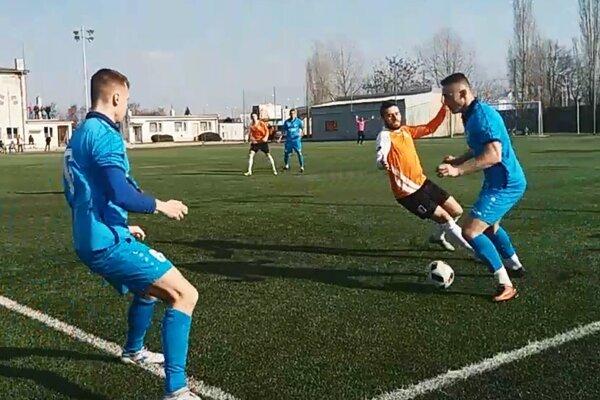 V Galante sa z výhry tešili domáci futbalisti (v oranžových dresoch).
