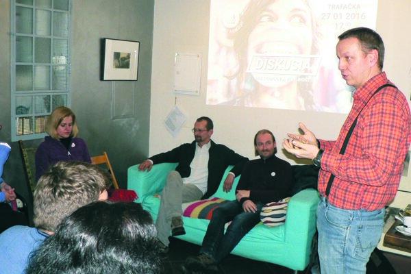 S učiteľmi a rodičmi diskutovali (sprava) Štefan Šimonov, Vladimír Crmoman a Branislav Kočan.