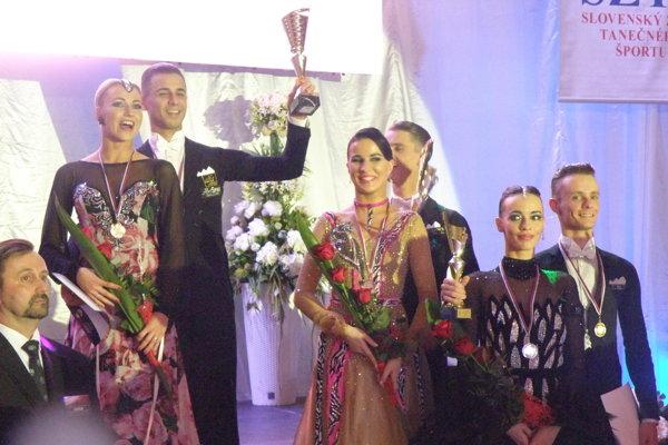 Prvý sprava novozámocký pár Zdeno Blesák – Henrieta Vadkerti, ktorý skončil na domácich M-SR tretí.