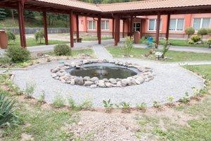 Dažďový rezervoár s nízkou fontánou.