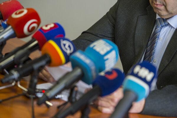 prokurátor z Úradu špeciálnej prokuratúry z odboru všeobecnej kriminality počas brífingu.