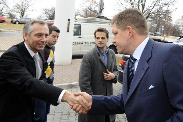 Premiér Robert Fico s lídrom KDH Jánom Figeľom pred diskusiou k výsledkom predčasných parlamentných volieb v roku 2012 na Slovensku.