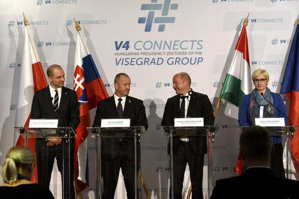 Stretnutie ministrov obrany krajín V4 v Budapešti. Zľava Tomasz Szatkowski, Peter Gajdoš, István Simicsko a Karla Šlechtová.
