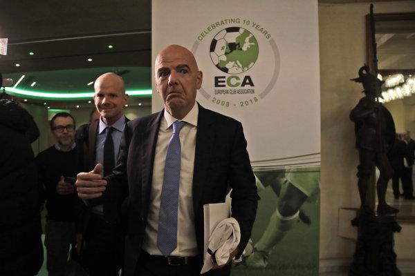 Prezident FIFA Gianni Infantino odchádza zo zasadnutie Európskej asociácie futbalových klubov.
