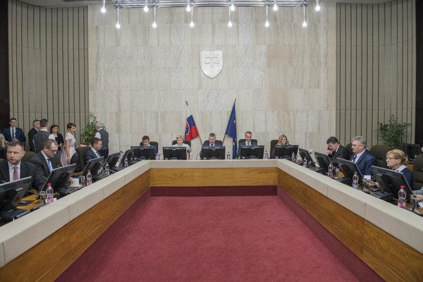 Vláda Petra Pellegriniho zasadla po prvýkrát od vyslovenia dôvery.