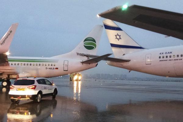 Lietadlá navzájom kolidovali chvostovými časťami.