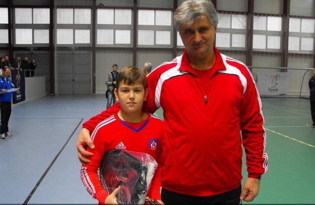 Najlepší brankár turnaja mladších žiakov Juraj Šmulík s predsedom komisie mládeže ZsFZ Jozefom Jakušom.