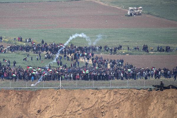 Zásah izraelskej armády proti palestínskym demonštrantom.