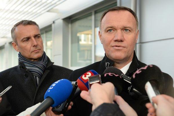 Súčasný minister zdravotníctva Viliam Čislák sa po kauzách už zrejme ministrom zdravotníctva nestane. V pozadí sivá eminencia zdravotníctva Richard Raši.