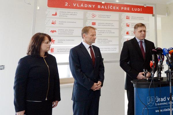Premiér Robert Fico (vpravo), minister hospodárstva Vazil Hudák (uprostred) a geerálna riaditeľkou Slovenskej inovačnej a energetickej agentúry (SIEA) Svetlana Gavorová