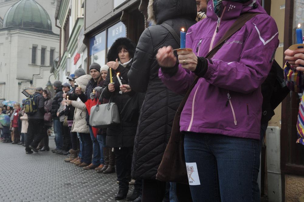 Živá reťaz na podporu učiteľov v Trenčíne.