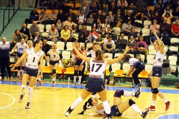 Hráčky Slávie EU Bratislava otočili vývoj nielen v sérii, ale aj v piatom zápase, keď prehrávali 1:0 a 24:22. Môžu tak zabojovať o štvrtý titul v sérii.