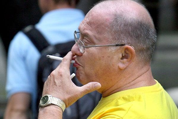 Fajčiari si na zastávkach cigaretu zapáliť nesmú.