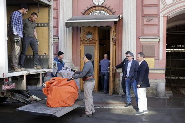 Americký generálny konzul v Petrohrade Thomas Leary (druhý sprava) sleduje nakladanie vecí do nákladného auta pristaveného pred budovou amerického konzulátu v Petrohrade.