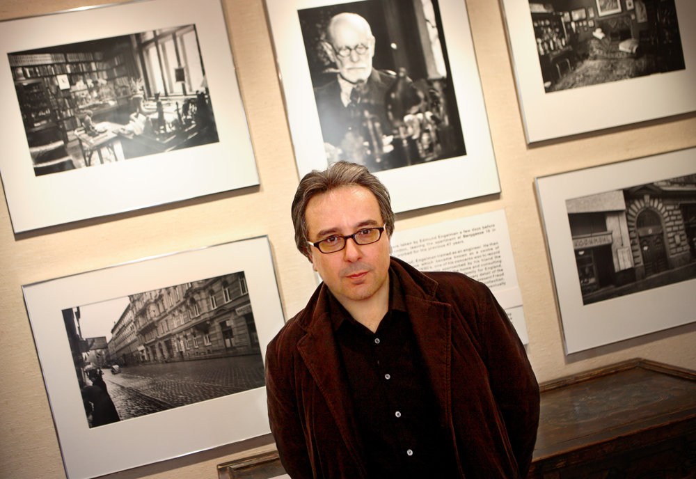 Autor Frank Tallis vo Freudovom múzeu v Londýne.