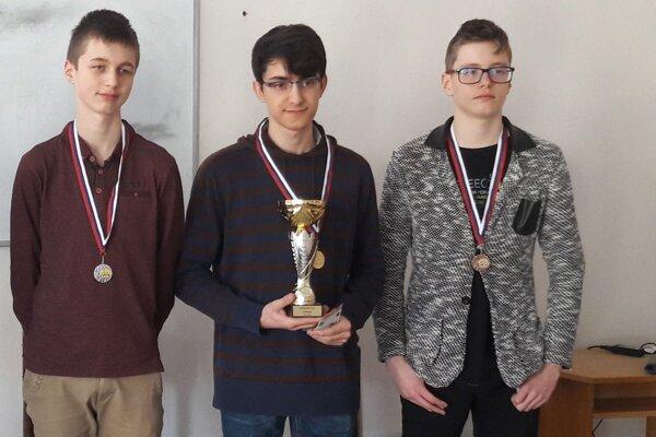Víťazom o pohár Liptovskej šachovej školy sa stal Matej Sivčák (v strede).