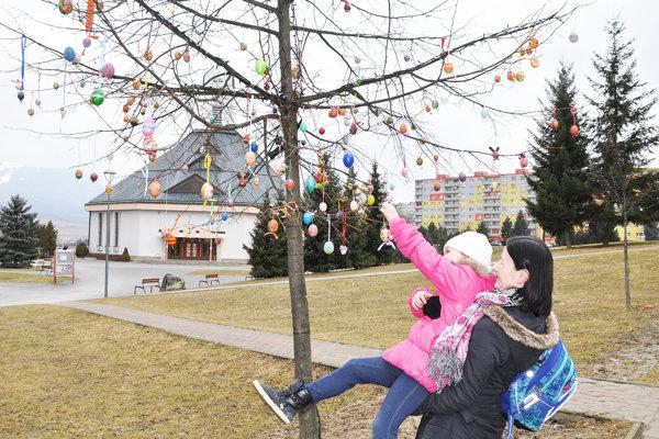 Vajíčkový strom na sídlisku Brezovec vyzdobili deti.
