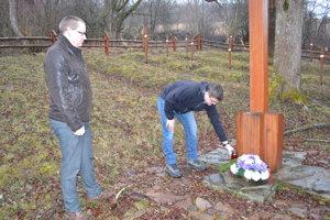Martin Drobňák (vľavo) a Radoslav Turik. Na vojnovom cintoríne v Svetliciach.