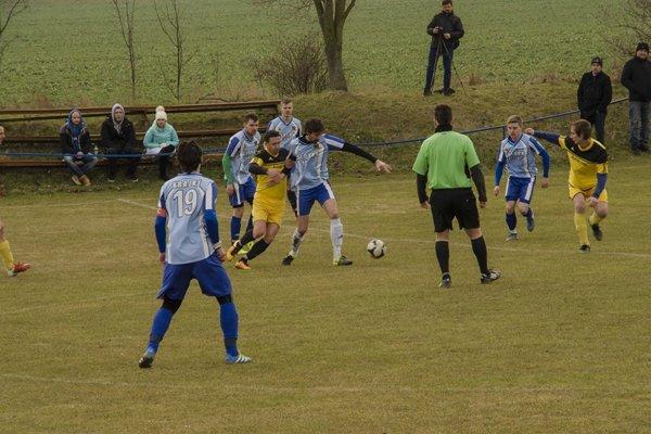 Krajné (v modrom) strelilo v Dolnom Srní iba gól. Na výhru to stačilo.
