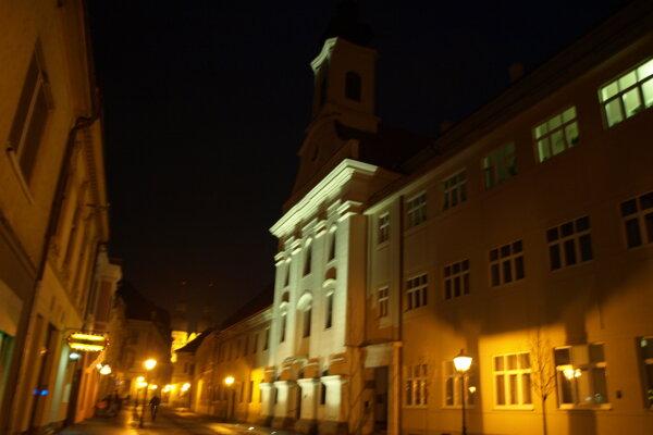 Dnes je kostol osvetlený len do dvoch tretín.