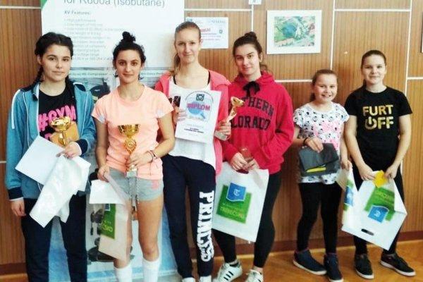 Ženy a dievčatá - zľava Lenka Lackovičová, Adriana Poliaková, Adelka Kramárová, Ema Uhrinová, Vanesa Šabová a Sofia Šabová.