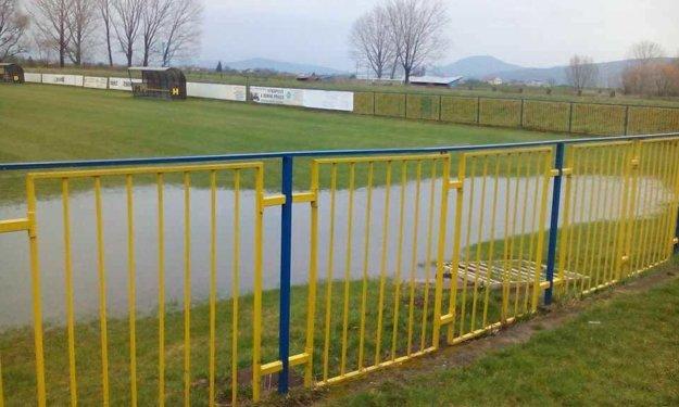 Na ihrisku v Zbehoch sa v nedeľu nedal hrať futbal.