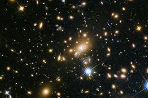 Uprostred sa nachádza kopa galaxií MACS J1149+2223.