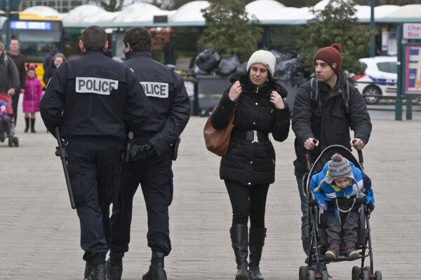 Polícia hliadkuje pred parížskym Disneylandom.
