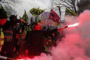 Zamestnanci železníc počas štrajku v Paríži.
