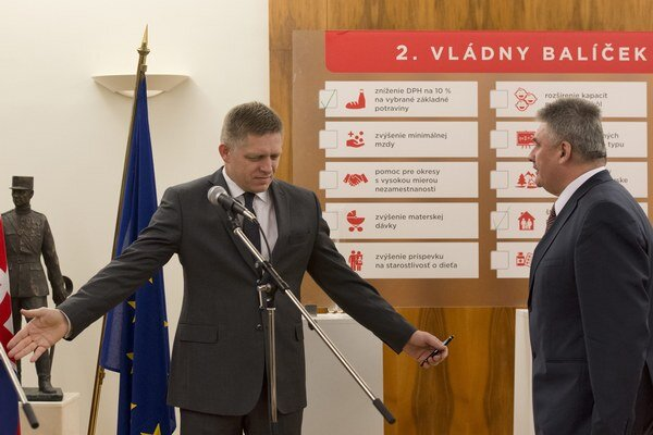 Premiér Robert Fico a minister práce Ján Richter.