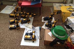 V kabinete informatiky sa to robotmi len hemží.
