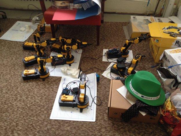 V kabinete informatiky je robotov viac.