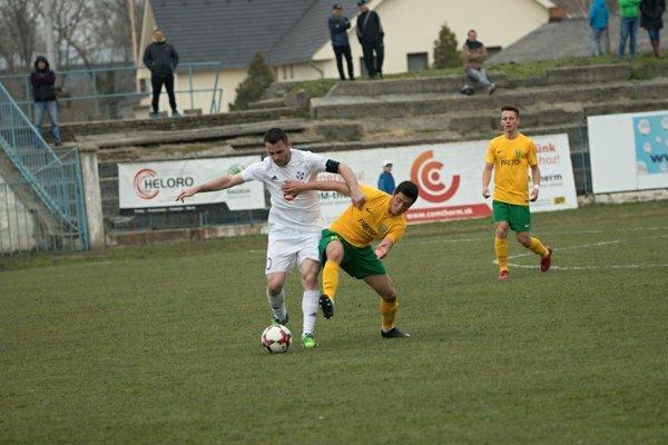 V súboji so žilinským protihráčom režisér hry KFC Goran Matič (v bielom). KFC – Žilina B 2:0.