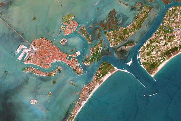 Umelý vlnolamový ostrov a niekoľko plavebných brán, ktoré chránia talianske Benátky.