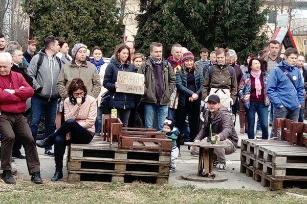 Na protestné zhromaždenie v Považskej Bystrici prišlo vyše dvesto ľudí.