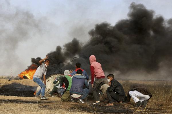 Protestujúci Palestínčania počas stretov s príslušníkmi izraelských ozbrojených síl.