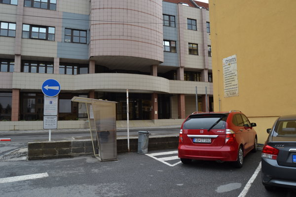 Prístrešok pre bicykle vznikne na parkovisku pri Mestskom úrade v Prešove na Jarkovej ulici.