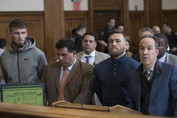 Connor McGregor (druhý sprava) sa postavil pred súd.