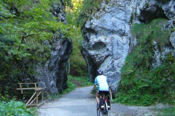Pekné počasie dnes so Gaderskej doliny vylákalo mnohých cyklistov, jednému z nich museli pomáhať záchranári.