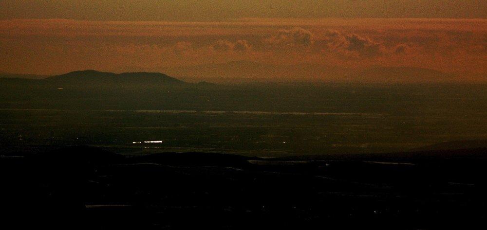 Výrez z detailu pohľadu na juh z južného úpätia Šimonky, na horizonte rumunské vrchy.