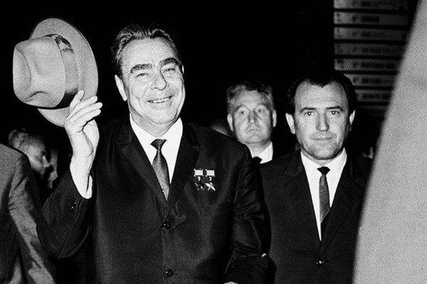 Vasil Biľak (vpravo) nemal s L. I. Brežnevom spoločné len zle zapnuté sako. Spolu bránili sovietske impérium.