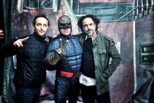 Režisér Alejandro González Iňárritu (vpravo) so svojím štábom.