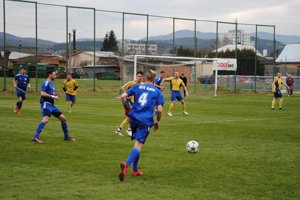 Futbalisti Bytče (v modrom) sa dočkali prvého jarného víťazstva.