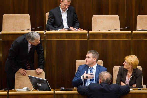 Podpredseda NR SR Ján Figeľ a predseda NR SR Peter Pellegrini počas mimoriadnej schôdze NR SR ku kauze Váhostav.