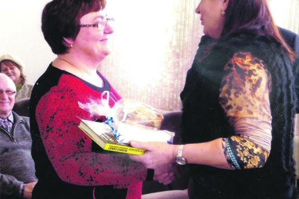 Na fotografii vpravo predsedníčka ÚŽS vČadci Jolana Krkošková, vľavo ocenená recitátorka Božena Starečková, ktorá takisto postupuje do krajského kola.
